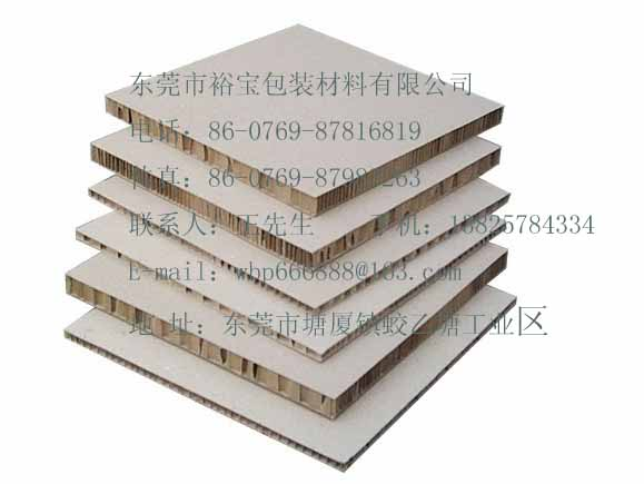 纸质包装具有易加工,成本低,适于印刷,重量轻可折叠,无毒,无味,无污染等优点,但耐水性差,在潮湿时强度差。纸质包装材料可分为包装纸和纸板两大类。一般的包装用纸统称为纸质包装,纸质包装的性能要求主要有以下几个方面:强度高,成本低,透气性好,耐磨损的包装多用作购物袋,文件袋,例如牛皮纸。纸面光洁,强度较高的包装纸多用作标签,服装吊牌,瓶贴,例如漂白纸。以天然原材料支撑,无毒,透明度高,表面光滑,抗拉,抗湿,防油的包装纸,多用于食品包装,例如玻璃纸。纸板的制造原材料与纸基本相同,只要区别在于硬度,厚度,刚性强,